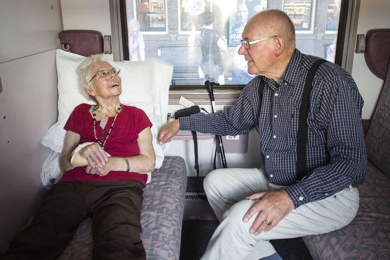 Het echtpaar Vaes heeft zich geïnstalleerd voor de reis naar Lourdes. Beeld Arie Kievit