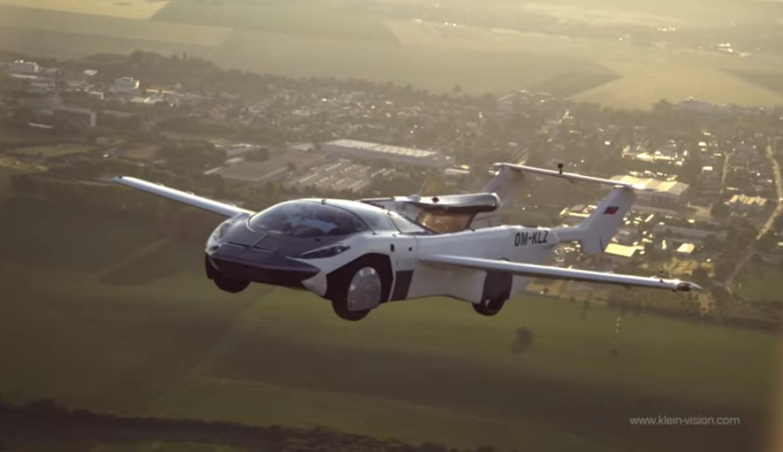 De vliegende auto AirCar tijdens de testvlucht tussen de luchthavens van Nitra en Bratislava.