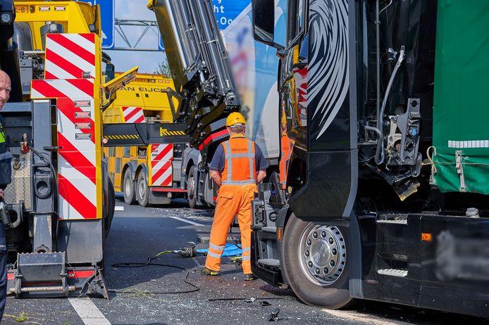 Op de A16 bij Breda heeft donderdagmiddag rond 14.40 uur een ongeluk plaatsgevonden met meerdere vrachtwagens.