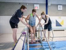 Marianne uit Borne heeft MS maar wil graag blijven zwemmen: 'Een tillift zou ideaal zijn'