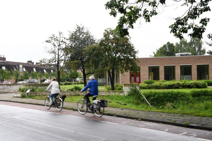 De huisvesting van 99 arbeidsmigranten in het voormalige broederhuis Glorieux (rechts) is in Dongen omstreden. Omwonenden vrezen overlast.