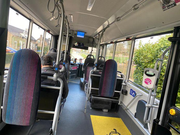 Het is rustig in deze bus van Breng in Nijmegen. Passagiers moeten achterin instappen vanwege het coronavirus.