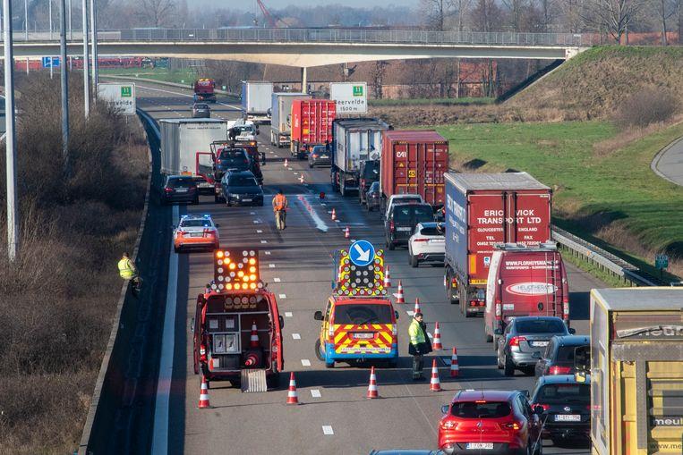Ongeval E17 Kalken met vrachtwagen en twee personenwagens. File vanaf Lokeren.