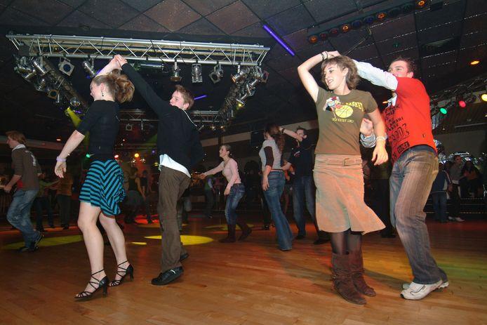 IPTCBron  Peter van Trijen  grote foto uit tweekend.zaterdagavond 22.30 uur vrij dansen bij dansschool tiggelman aan de slingerweg in breda .vlnr. renskejarcocharlotte en jeroen foto peter van trijen