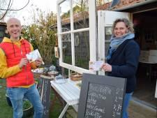 Grenzeloos wandelen bij theetuin in Overslag, met routes op vrolijke ansichtkaarten
