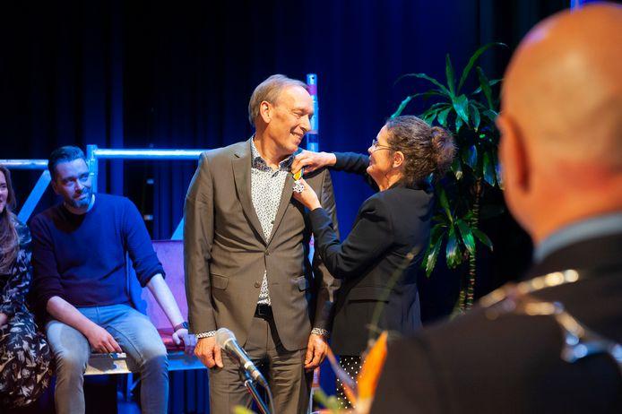 Cor van Gerven van het KW1C uit Den Bosch ontving uit handen van zijn vrouw een koninklijke onderscheiding, rechts burgemeester Kees van Rooij van Meijerijstad.