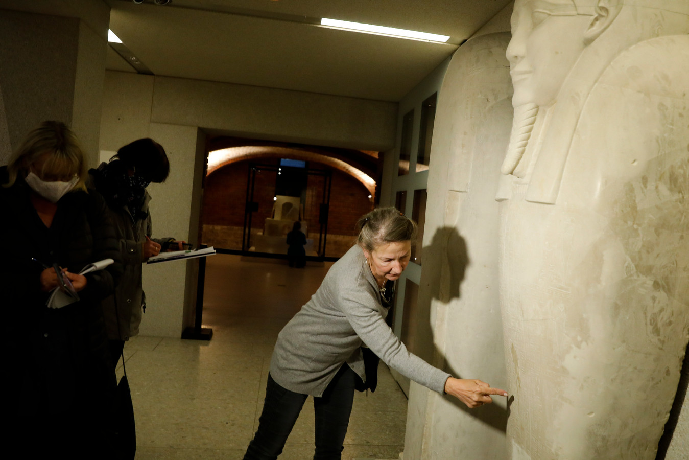 Friederike Seyfid van het Neue Museum toont journalisten de olievlek op de sarcofaag van de profeet  Ahmos.