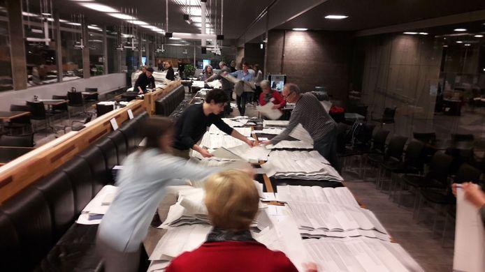 Stembiljetten ordenen en stemmen tellen in het personeelsrestaurant van het Eindhovense stadhuis.