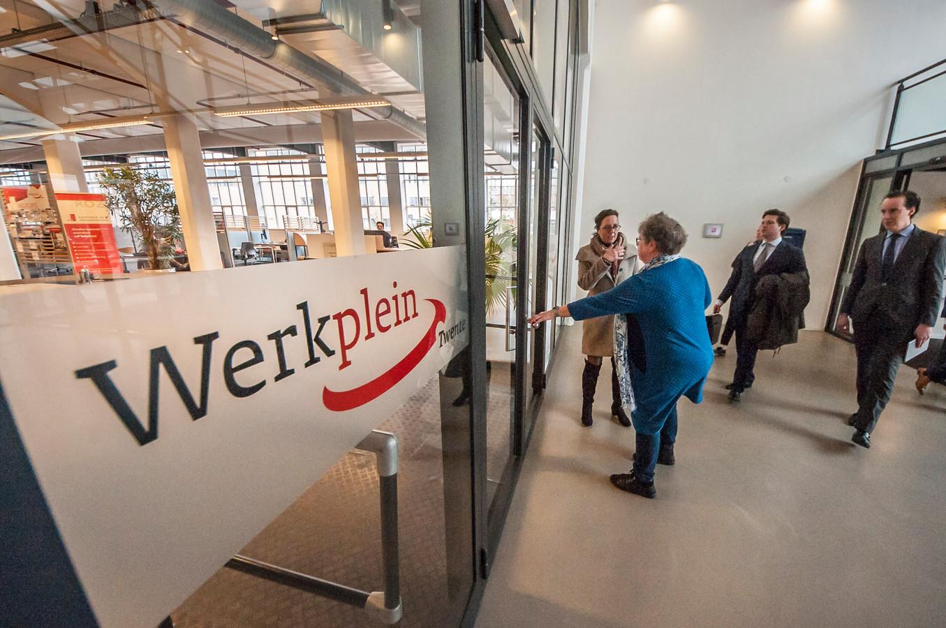 Staatssecretaris Tamara van Ark en wethouder Arjen Maathuis (rechts) brengen een bezoek aan het werkplein in het Twenthecentrum.