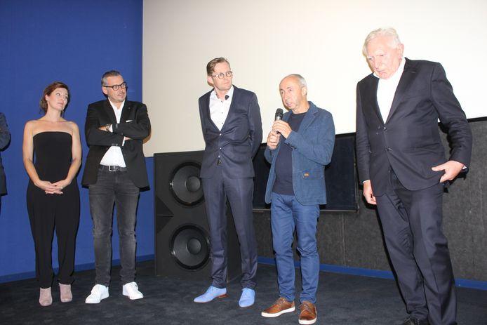 Jan Decleir en Stijn Coninx waren erbij toen de mensen van Cine-Aalst de cheque overhandigden aan de Red Deaf Devils.