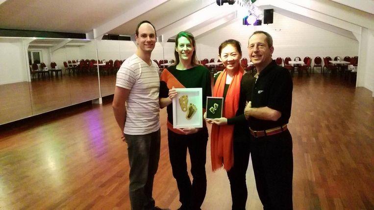 Uitbaters Joeri De Gres en Carla Rutten en danskoppel Jenny Tan en Jan Koch met de 'Broechemse Dansvoetjes'.
