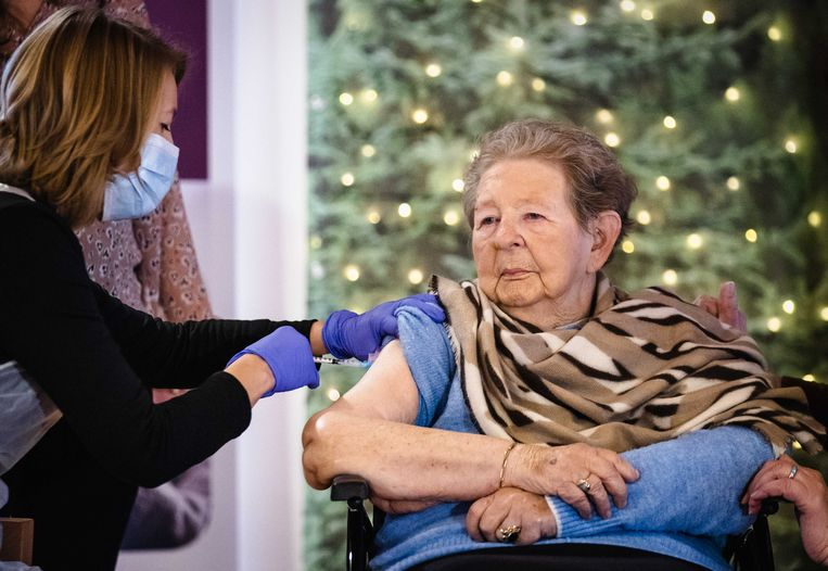Een bewoonster van Woonzorgcentrum WelThuis Buytenhaghe wordt door een huisarts gevaccineerd tegen het coronavirus.  Beeld  ANP