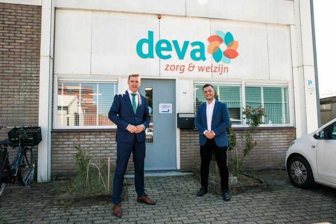 Wethouder Eugene van Mierlo (links) van Almelo en directeur Donmez van Deva Zorg hebben de vrede getekend: Deva krijgt weer een contract.