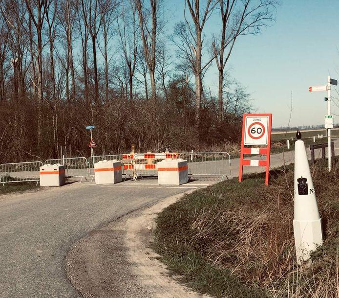Grensafsluiting op polderweg bij Zelzate.