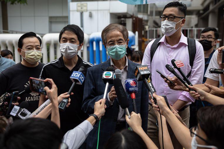 De prominente activist Martin Lee (midden) spreekt met journalisten nadat hij is gearresteerd in verband met de protesten in Hongkong vorig jaar.  Beeld EPA