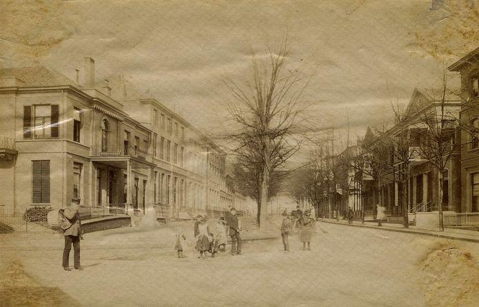 De Bovenbergstraat in 1885. Ver Huell woonde aanvankelijk op nummer 10, het huis naast de hoekwoning links.