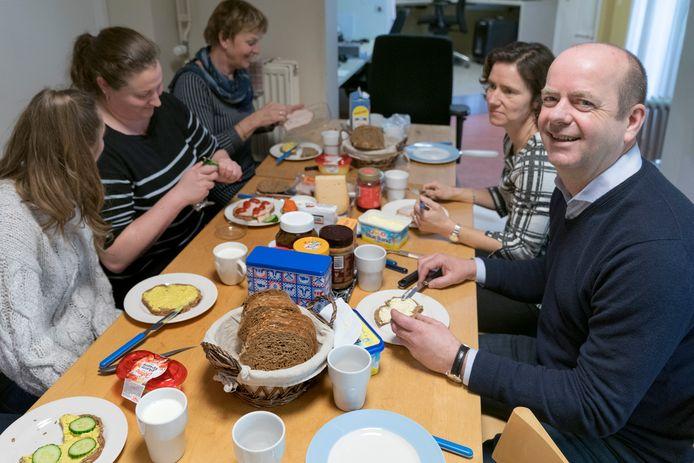 Huisarts Rob van Gestel aan de boterham met zijn collega's. ,,Het vak van huisarts is een prachtig vak.''