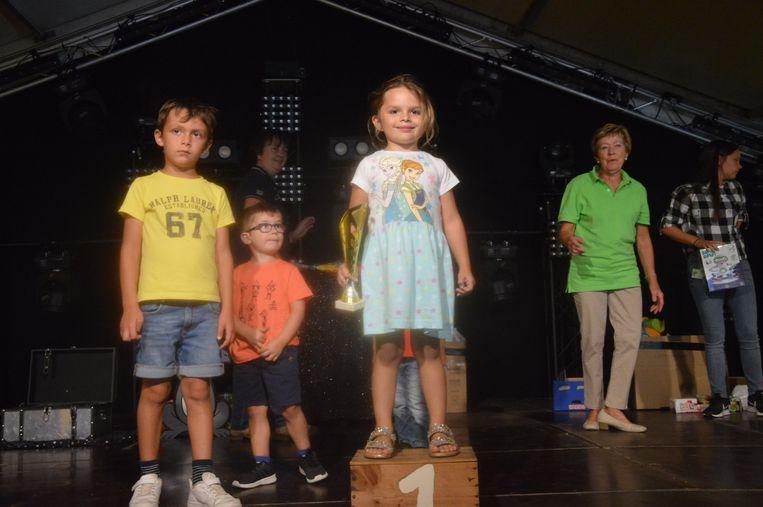 De winnaars van de loopfietskoers op het podium.