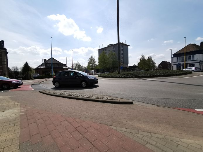 De rijweg op de rotonde van het Bevrijdingsplein wordt smaller gemaakt.