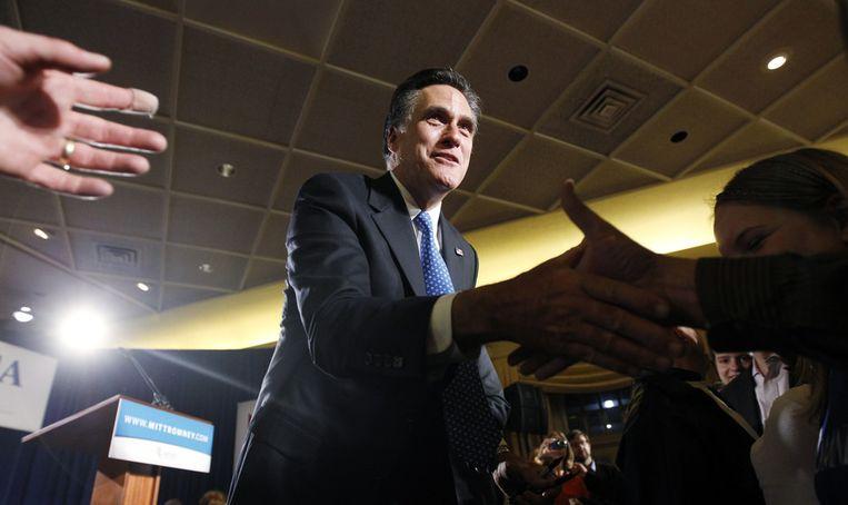 Romney schudt handjes na zijn overwinning in Iowa. Beeld AP