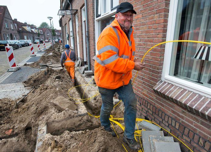 In de meeste wijken van Almelo is glasvezel aangelegd, zoals hier in De Riet enkele jaren geleden. Voor aansluiting zijn de consumenten aangewezen op Caiway/Delta Fiber.