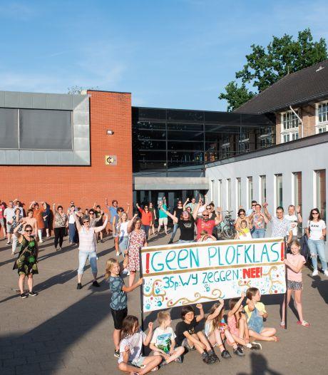 Ouders basisschool in actie tegen 'plofklassen': '33 leerlingen in één klas, dat kan niet goed zijn'