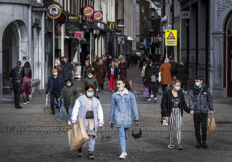 Winkelend publiek tijdens de koopzondag in het centrum van Amsterdam. Beeld ANP
