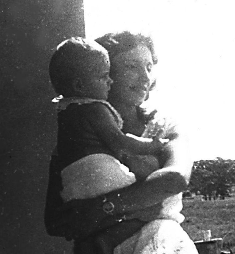 Marc Dutroux als kind in de armen van zijn moeder. Beeld PHOTO_NEWS