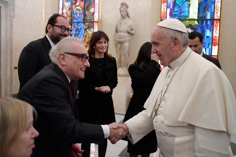 Paus Franciscus begroet Martin Scorsese, voorafgaand aan de vertoning van Silence in het Vaticaan. Beeld ANP