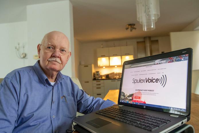 Spulex-eigenaar Hans Kuyper toont de website met de gesproken rouwkaarten en dankbetuigingen.