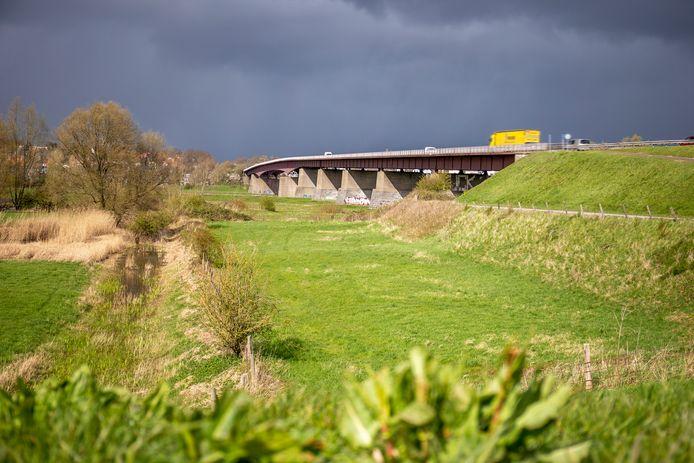 Donkere wolken boven de verbreding van de Rijnbrug tussen Rhenen en Kesteren.