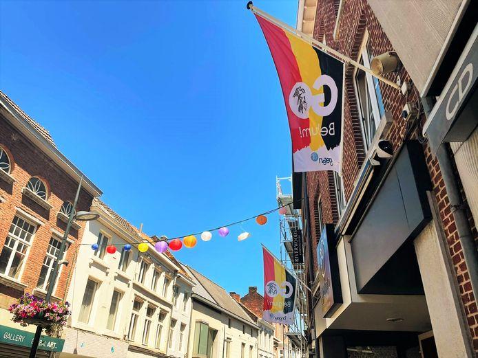In de binnenstad van Tongeren pronken themavlaggen.