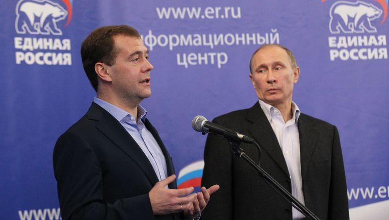 De Russische president Medvedev en premier Poetin reageren op de verkiezingsuitslagen. Beeld getty