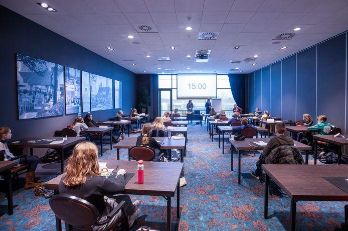 Het Ichthus College geeft tijdens de coronacrisis les in het Van der Valk Hotel Veenendaal, zodat de coronamaatregelen beter in acht kunnen worden genomen.