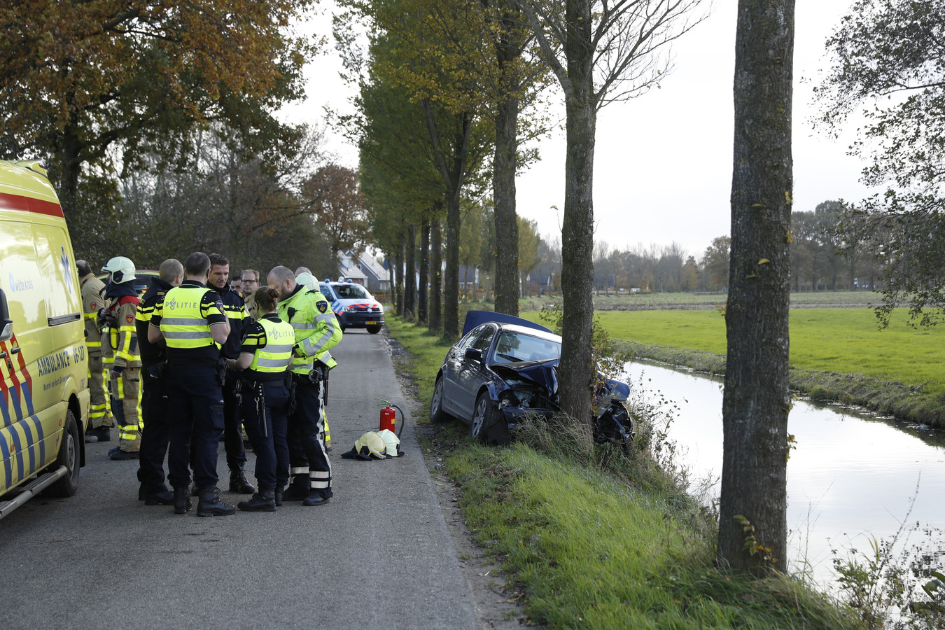 De hulpdiensten overleggen na het ongeluk op de Avervoordseweg in Apeldoorn.