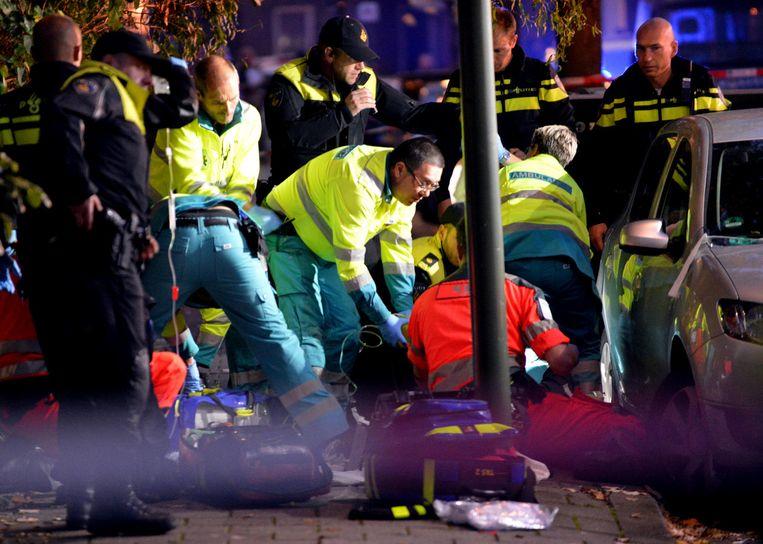 Doodgeschoten Iraniër Ahmad Mola Nissi in Den Haag wordt gereanimeerd door ambulancepersoneel.  Beeld Jos van Leeuwen