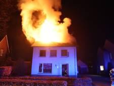 Vader breekt hiel bij reddingsactie drie slapende kinderen uit brandend huis in Haaren, zolder verwoest