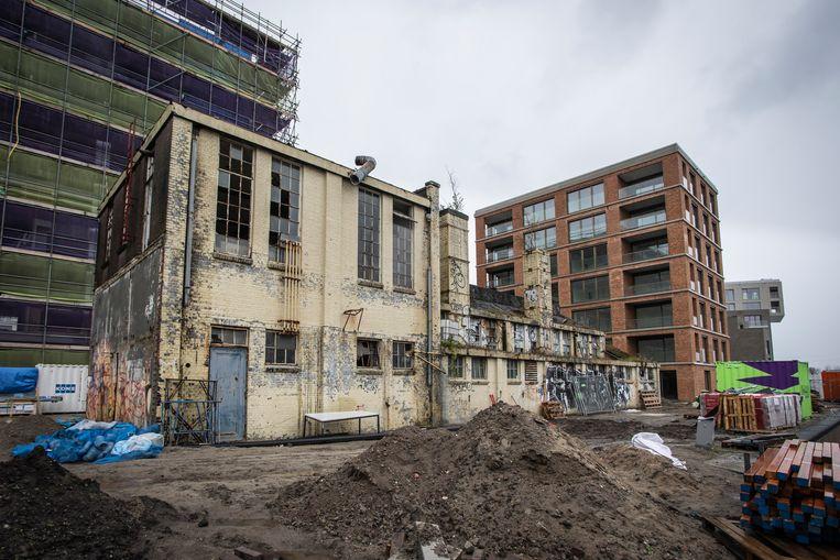 De lakstokerij van de voormalige Sigmaverffabriek. Zo'n fantasievolle ruïne is nergens anders in Amsterdam te vinden. Beeld Dingena Mol