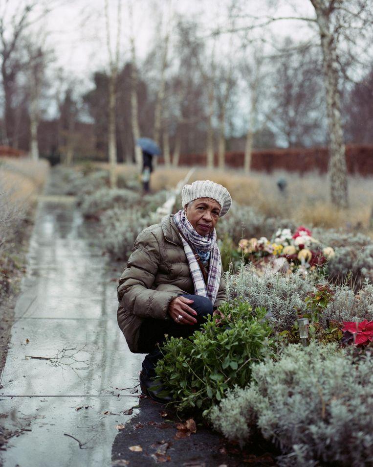 Yvonne Beeldsnijder bezoekt elke donderdag het urngraf van dochter Micha. 'Ik praat veel tegen haar.' Beeld Maarten Boswijk