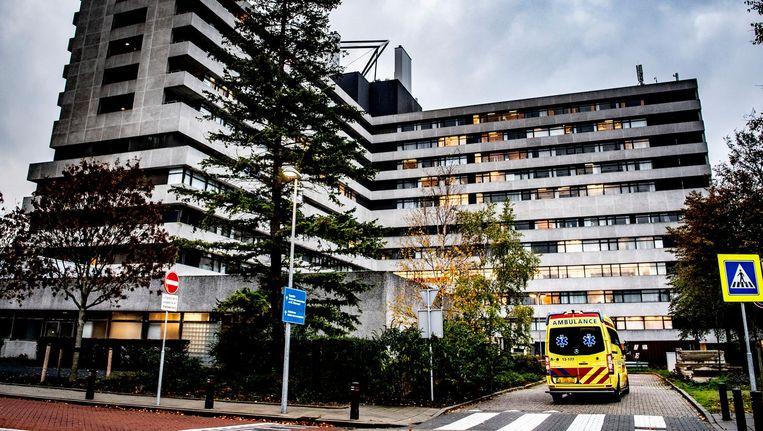Een ambulance vrijdag op het terrein van het MC Slotervaart. Het ziekenhuis moet patiënten herplaatsen naar andere ziekenhuizen nadat het eerder failliet verklaard is. Beeld ANP