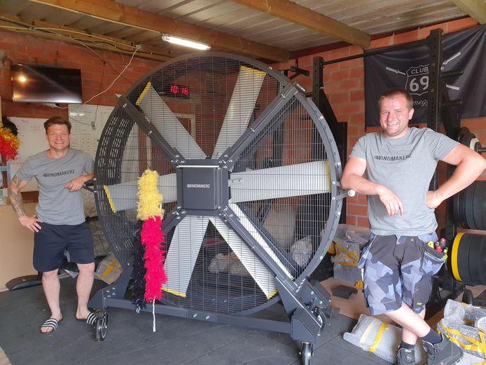 Alan Meesschaert en Pieter Backx bij een van hun 'Windmakerz'.