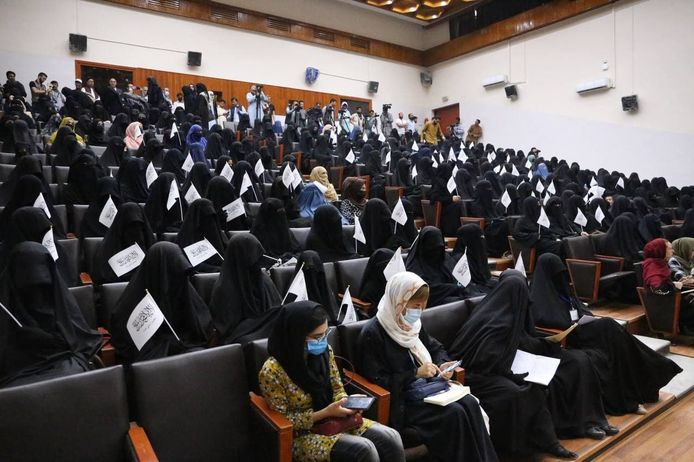 Studenten luisteren op 11 september naar toespraken voorafgaand aan een pro-talibandemonstratie bij de Shaheed Rabbani Education University in Kaboel.