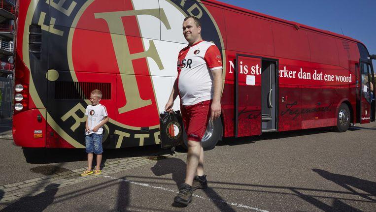 Fans lopen bij de spelersbus van Feyenoord tijdens de open dag van de Rotterdamse club in de Kuip. Beeld ANP