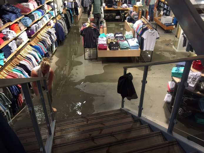 Een winkel in Rijssen onder water