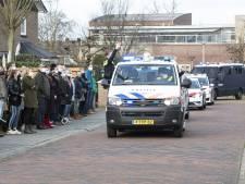 Agenten brengen zieke collega Harry uit Neede een laatste groet met drive-by van 150 politiewagens