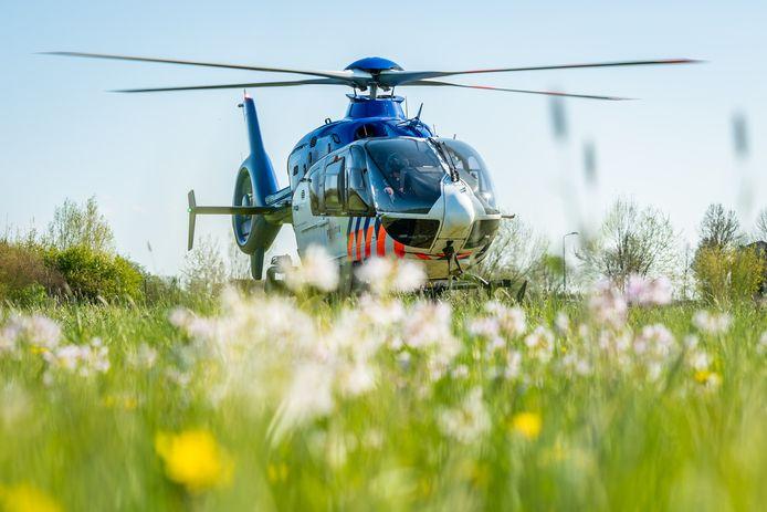 De politiehelikopter landde buiten de Rondweg in Houten.