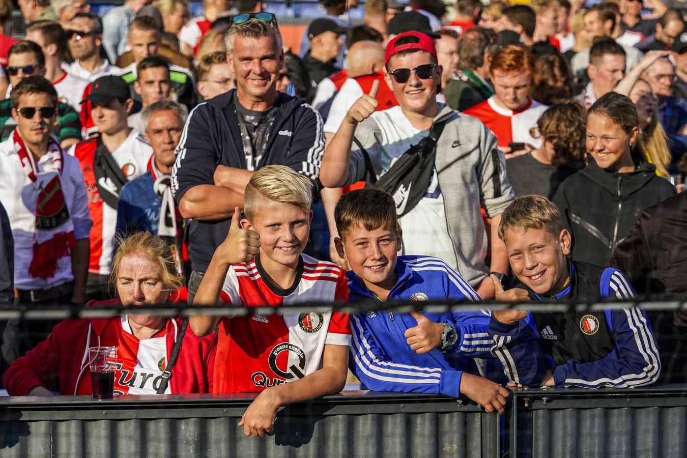 Feyenoord-fans in de Rotterdamse Kuip bij de Conference League-wedstrijd tegen FC Drita.