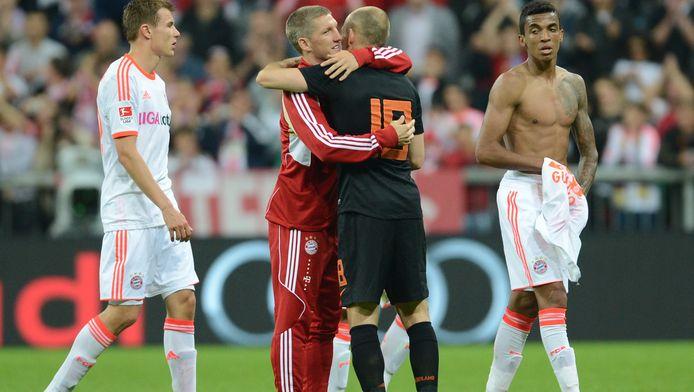 Enkele spelers van Bayern München steken Robben een hart onder de riem na de wedstrijd.