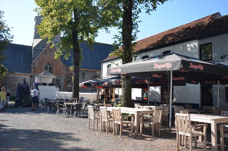 Het terras van café De Reynaert en brasserie Julocke.