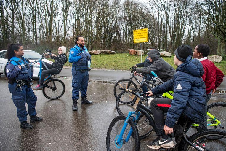 Sharmila Oedietram en Rewin Soekhai, handhavers in Rotterdam, krijgen allerlei vragen van jongeren.  Beeld Guus Dubbelman / de Volkskrant